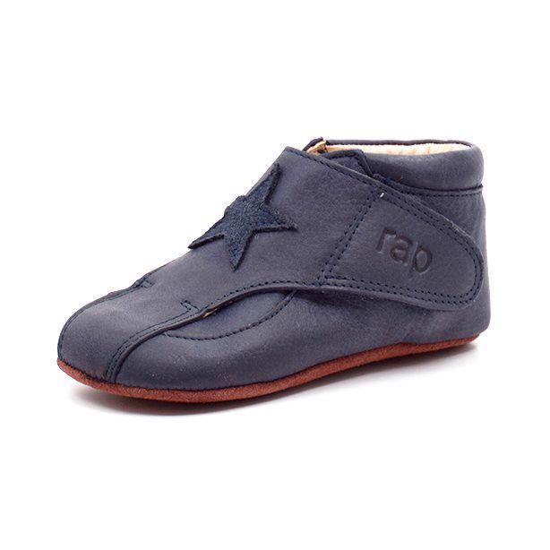 Arauto RAP prewalker m. stjerne blå - Superfin prewalker fra Arauto RAP i blåt skind med stjerne. Kan åbnes helt op fortil, så foden nemt kan komme i skoen. God fast støtte i hælkappen. Lukkes med velcro i hver side, så den er nem at tage af og på. Lækkert blødt skindfoer. Bred pasform. Vi an