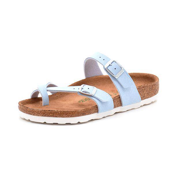 Birkenstock Mayari sky blue - Smuk Birkenstock sandal i flot lyse blå bircoflor. Kan justeres med spænder. Fed detalje med den krydsede rem omkring storetåen. Sidder utrolig godt på foden og er meget behagelig at gå i pga. Birkenstocks unikke fleksible korksål. Indersål er i micro fib