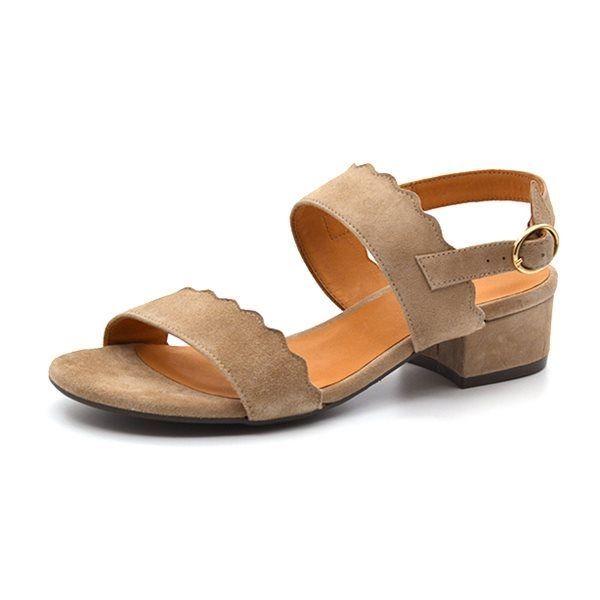 Billi Bi sandal m. bølgekant taupe ruskind - Skøn sandal fra Billi Bi i taupe ruskind med fin bølgekant detalje. Sandalen lukkes med guldspænde ved anklen og har en blød og behagelig gummisål. Hælhøjde ca. 3 cm. Normal i bredden og størrelsen.