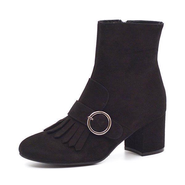 Billi Bi støvlet blokhæl m. frynser sort ruskind - Flot støvlet fra Billi Bi i sort ruskind med ankelrem, frynser og spænde. Støvletten har indvendig lynlås og en god hæl, der ikke er for høj, så man kan gå i dem hele dagen. Hælhøjde ca 6,0 cm