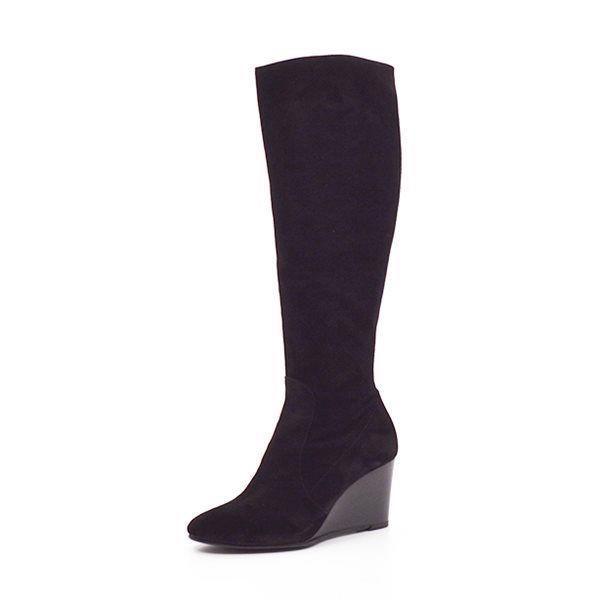 Billi Bi høj støvle kilehæl ruskind sort - Elegant høj støvle fra Billi Bi i sort ruskind med kilehæl. Støvlen er højskaftet ca 44 cm og har lynlås i siden. God hælhøjde, der gør støvlen behagelig at gå i. En virkelig flot støvle til alle efterårets knælange nederdele. Hælhøjde 7,5 cm.