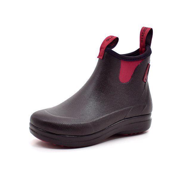 LaCrosse Hampton II sort/bordeaux - Smart kort gummistøvle fra LaCrosse i sort med lækker detaljer i bordeaux. Støvlen er i blødt og fleksibelt gummi med foer i neopren. Stropper for og bag gør det nemt at få støvlen af og på. Støvlen har svang i glasfiber samt stødabsorberende EVA mellemså