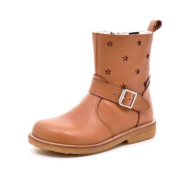 Angulus TEX-støvle m. spænde/stjerner cognac - Smart TEX-støvle fra Angulus i lækkert cognac læder med fine stjerner på støvleskaftet. Cool spænde på siden af støvlen.Støvlen har fast hælkappe og lukkes med lynlås på indersiden. God robust rågummisål. TEX-membran og lækkert uldfoer holder fødderne var