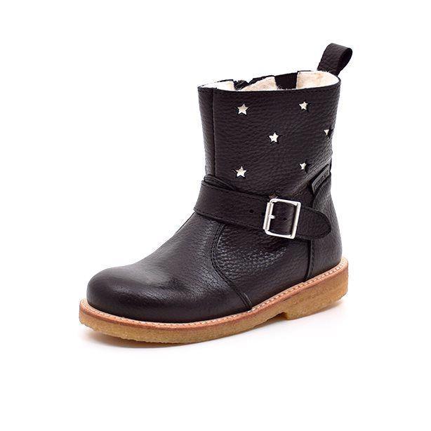 Angulus TEX-støvle m. spænde/stjerner sort  - Smart TEX-støvle fra Angulus i lækkert sort læder med fine sølvfarvede stjerner på støvleskaftet. Cool spænde på siden af støvlen.Støvlen har fast hælkappe og lukkes med lynlås på indersiden. God robust rågummisål. TEX-membran og lækkert uldfoer holder fø