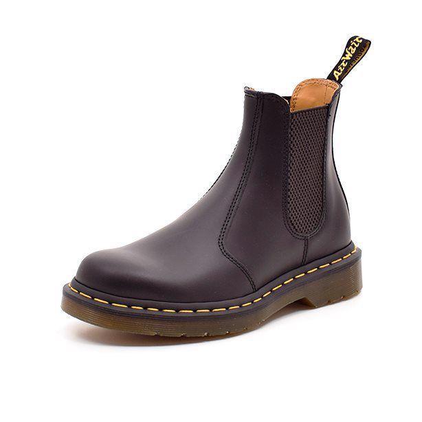 Dr.Martens støvlet sort - Cool Dr. Martens støvlet i sort med grov gummisål og den karakteristiske gule syning i kanten. Elastik i begge sider, så den er let at hoppe i. Virkelig et par støvler der kan give lidt kant til garderoben! Normal i bredden.