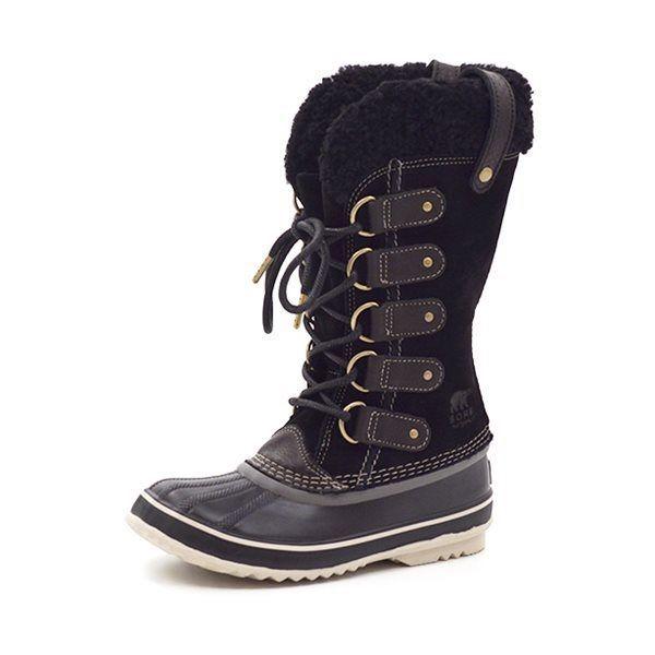 Sorel Joan of Arctic Shearling - Lækker vinterstøvle fra Sorel, med en let gummibund og højt skaft i lækkert sort nubuck og snører fortil. Foroven på skaftet er der et blødt og vamset sort fleecefoer. Støvlen kan klare ned til minus 32 graders frost. Sorel støvler er små i størrelserne,