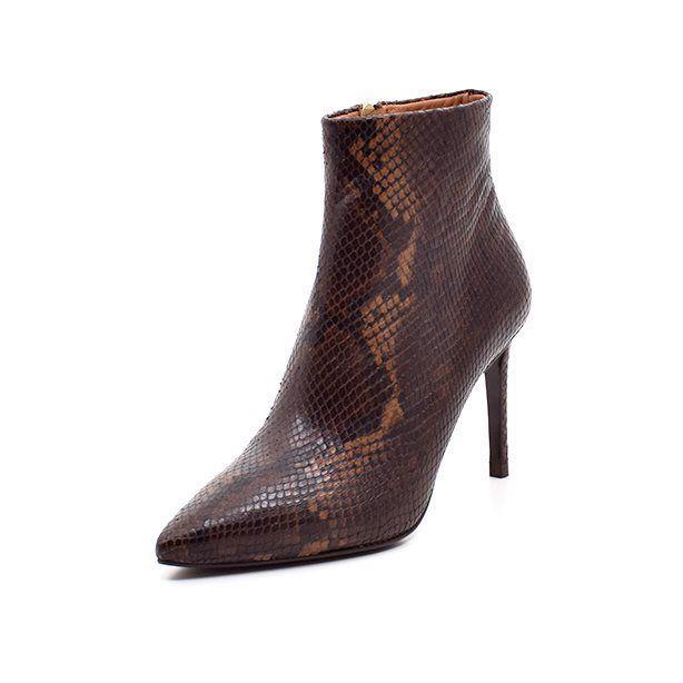 Billi Bi stilet støvlet snake brun - Elegant stilet støvlet fra Billi Bi i brunt skind med croco præget mønster og spids snude. Lukkes let med lynlås indvendigt. Skindsål forrest. Perfekt til både bukser og en fin kjole. Hælhøjde 8,5 cm