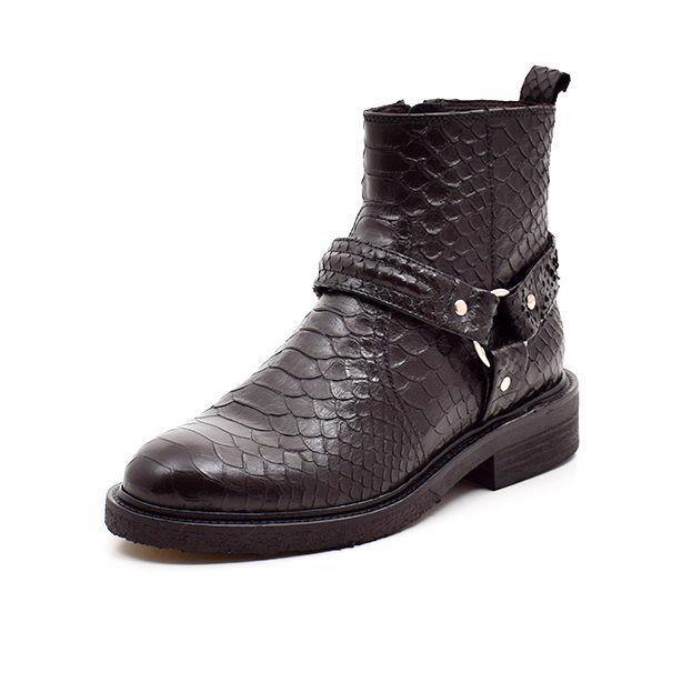 Billi Bi Bikerstøvlet lav croco sort - Lækker lav bikerstøvlet fra Billi Bi i flot sort croco præget skind med tyndt skindfoer. Støvletten lukkes med lynlås og har en rem med spænde på siden. Sort rågummisål forrest og gummisål på hælen. Rå og enkel og kan bruges til det hele!!