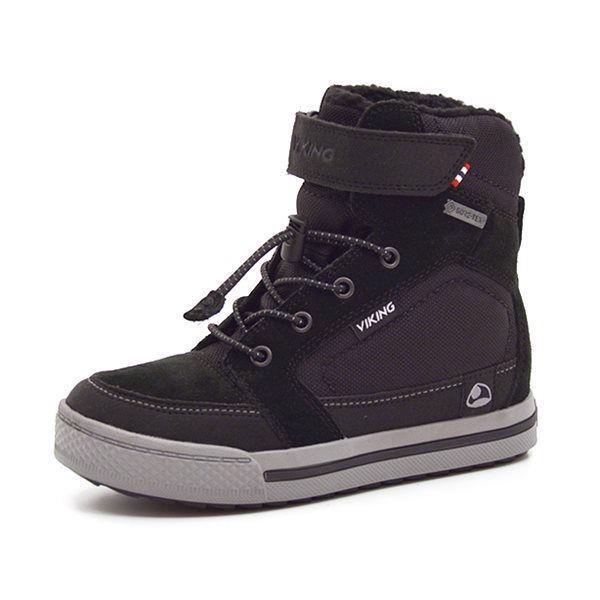 Viking Zing GTX vinterstøvle sort/grå - Let og lækker Viking vinterstøvle i sort ruskind og tekstil. Støvlen har elastiksnøre med snørelås og lukkes med en velcrorem ved anklen, så den er nem at få af og på. GoreTex® membran og tekstilfoer holder fødderne varme og tørre. Super vinterstøvle til