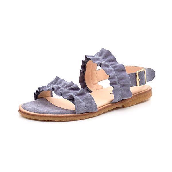 Angulus sandal m. flæse ruskind due blå - Skønneste sandal fra Angulus med fin flæse detalje i due blåt ruskind. Sandalen lukkes med en rem bagom hælen og et lille spænde. Behagelig rågummisål. Normal pasform.