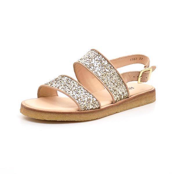 Angulus sandal m. brede remme nude/glitter champagne - Smuk sandal fra Angulus i nude skind med det smukkeste champagne farvet glitter. Sandalen lukkes med en rem bagom hælen og et lille spænde. Behagelig plateau rågummisål. Normal pasform.