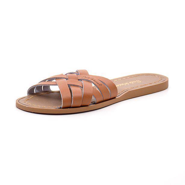 Salt-Water Retro slide sandal cognac - Salt-Water classic sandal i lækker cognacfarvet flettet skind. Sandalen er i læder, der er forarbejdet, så de kan tåle både strand og vand. Sandalen har en praktisk gummisål og er lige til at smutte i. Udover strandturen kan sandalerne også klare en tur i