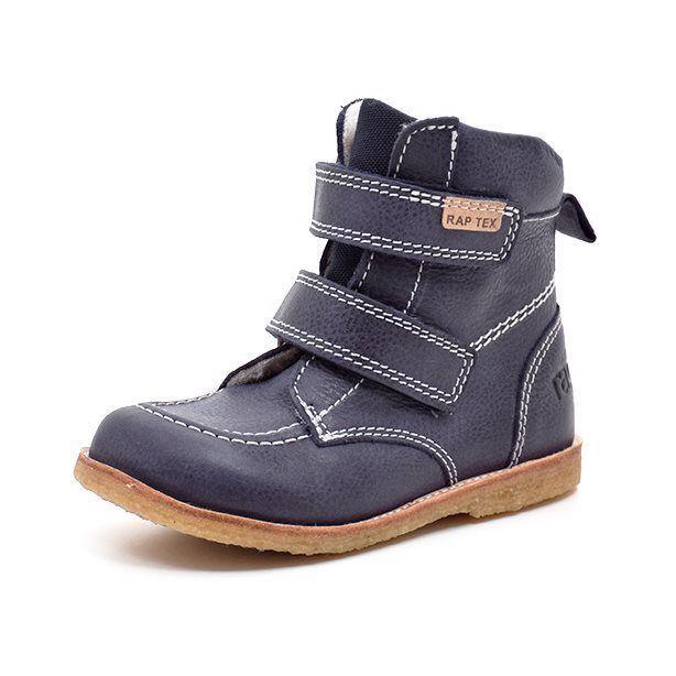 Arauto RAP TEX-støvle lav m. velcro navy - Flot vinterstøvle fra Arauto RAP i lækkert læder med tekstil pløs. Støvlen lukkes med 2 velcroremme, har fast hælkappe og rågummisål. 100% uldfoer samt RapTex membran holder dit barns fødder varme og tørre. Bred pasform. Vi anbefaler mellem 1-1,5 cm vokse