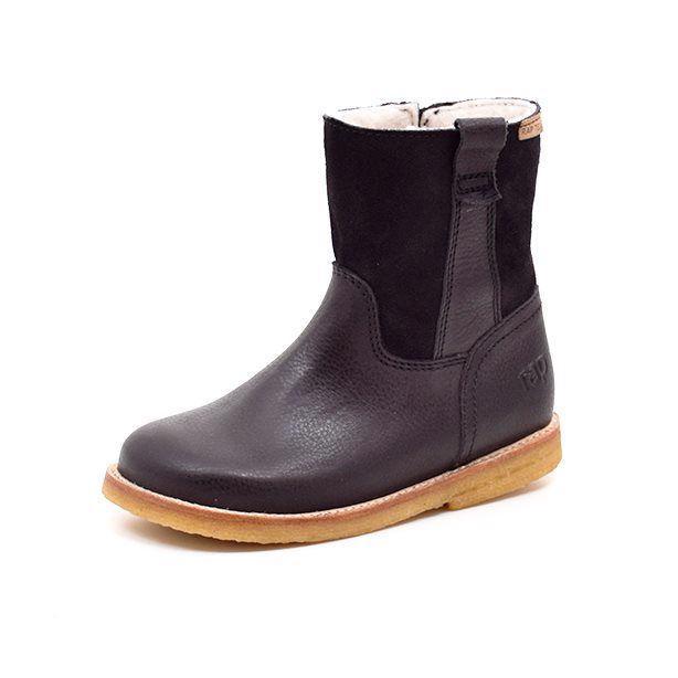 Arauto RAP TEX-støvle lav m.ruskind sort - Flot og enkel støvle fra Arauto RAP i sort skind med ruskind på støvleskaftet. Støvlen lukkes med lynlås. Støvlen har 100% uldfoer med RapTex membran. Superlækker støvle, der holder dit barns fødder varme og tørre!! Normal til bred model. Vi anbefaler mel