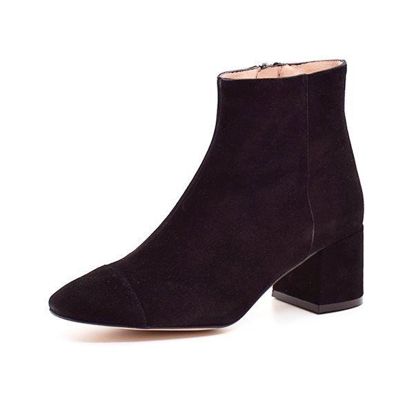 AMUST ruskindsstøvle sort - Lækker ruskindsstøvle fra AMUST, med en god blokhæl og en slank og fint afrundet snude. Materialet er en flot og blød sort ruskind. Støvlen har indvendig lynlås og lækkert rose farvet skindfoer. Perfekt støvle til både bukser og sæsonens mange kjoler. Sla
