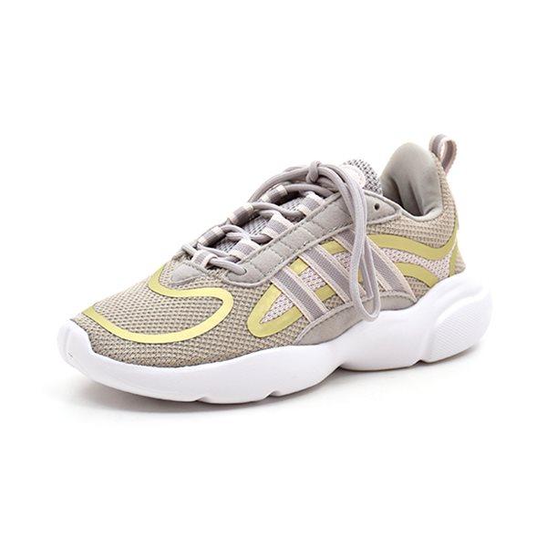 Adidas Haiwee C sneaker grå - Cool sneaker fra Adidas i grå mesh med kobberfarvede detaljer både på siden og foran. Lækker gummisål der går lidt op om snuden. Lukkes med snørebånd. Normal pasform Vi anbefaler 1-1,5 cm voksetillæg. Indvendige mål: Str. 31: 19,0 cm Str. 32: 20,0 cm Str.