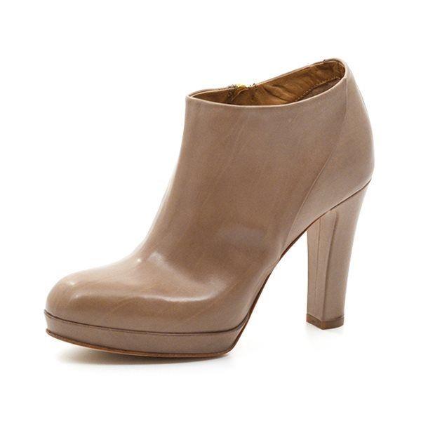 Alberto Fermani støvlet m. plateau beige - Let og lækker støvlet fra Alberto Fermani, med en meget flot lav skæring, så den næsten er som en sko, og et meget behageligt plateau. Klassisk Alberto Fermani model, der er feminin og cool på samme tid. Smuk til både nederdel og bukser. Normal i bredden
