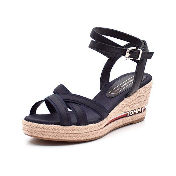 Tommy Hilfiger wedge sandal navy - Skøn espadrillos sandal med plateau og kilehæl fra Tommy Hilfiger i navy canvas. Sandalen har et virkelig smukt udtryk med remme der elegant krydser over foden og omkring anklen. Lækker detalje på den flettede sål. Hælhøjde ca: 6,5 cm ved tå ca: 2,0 cm
