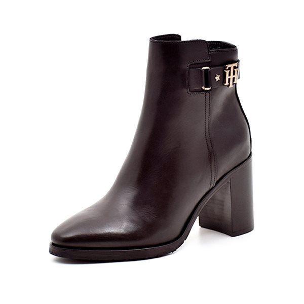 Tommy Hilfiger Krissy støvlet m. blokhæl sort - Lækker sort støvlet fra Tommy Hilfiger i sort skind. Støvletten har en god hælhøjde, der er til at gå i, og en smuk gylden logo detalje på siden. Lukkes med lynlås på indersiden og har et diskret logo bag på hælen. Hælhøjde ca. 8,0 cm