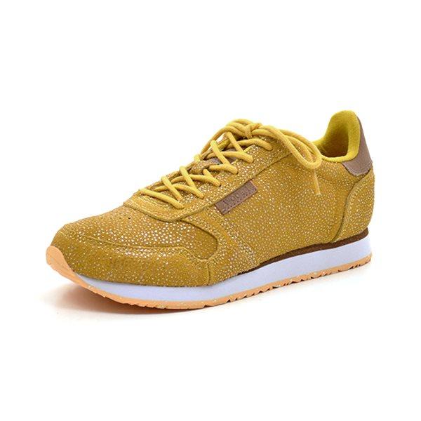 Woden Ydun sneaker gul - Cool sneaker fra Woden i gult skind med de fineste små prikker. God fast hælkappe. Skoen lukkes med snørebånd og har en god fleksibel sporty gummisål. Skoen har en blød kork sål indvendig med lufthuller så fødderne kan ånde. Bemærk at det prægede skind er