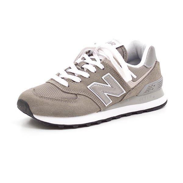 New Balance 574 grå - Skøn sneaker fra New Balance i grå ruskind og mesh med fine detaljer. Skoen lukkes med snørebånd og har en lækker fleksibel EVA sål. Normal pasform Indvendige mål: Str. 36,5: 23,3 cm Str. 37: 23,8 cm Str. 37,5: 24,1 cm Str. 38: 24,6 cm Str. 39: 25,1 cm St