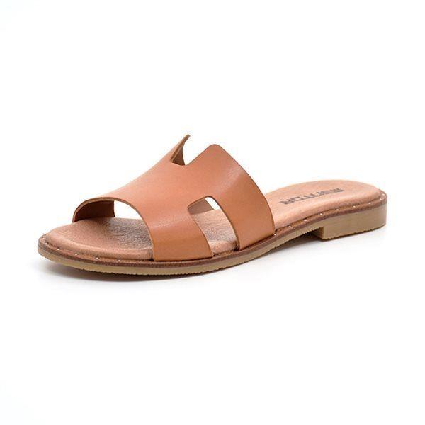 Mentor sandal cognac - Skøn sandal fra Mentor i lækkert cognac farvet skind med flotte udskæringer. De fine små nitter langs sålen giver denne skønne sandal et eksklusivt look. Smal til normal pasform.